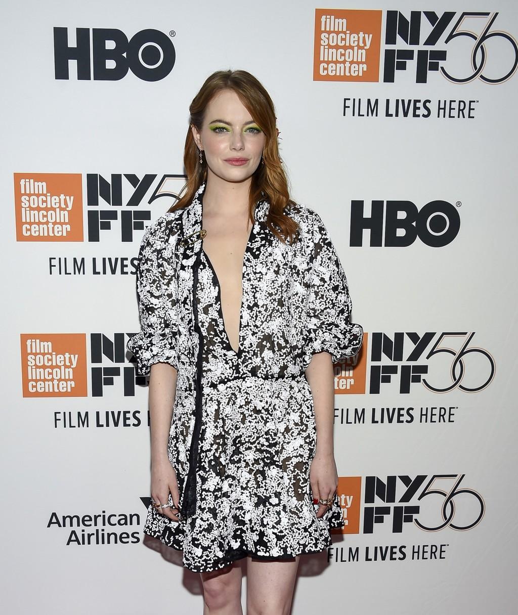 Flores en el pelo y sombras verdes, la curiosa combinación que solo Emma Stone sabe defender