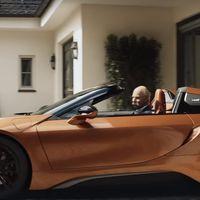 BMW se despide de forma genial del CEO de Daimler, Dieter Zetsche, que 'termina' su mandato en un i8 Roadster