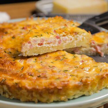 Tarta de beicon y queso azul con base de patata, una alternativa original a la quiche tradicional (receta con vídeo incluido)