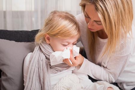 madre cuidando a hijo enfermo