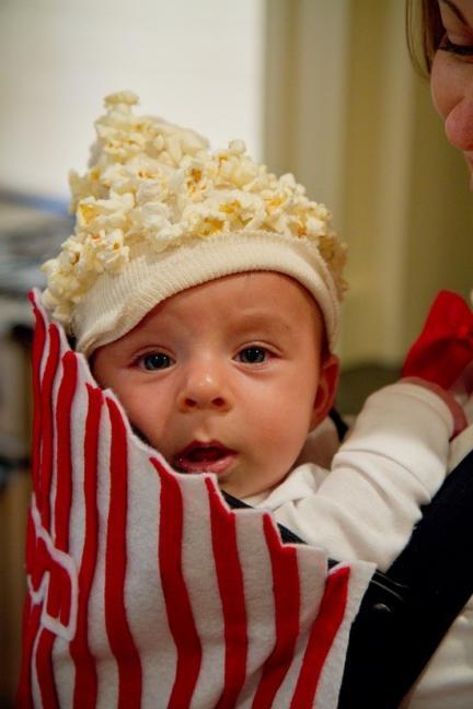 Disfraza a tu bebé de bolsa de palomitas dentro de su mochila portabebé