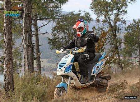 Así fue la aventura de Mikel Louvelli y su scooter en la Basella Race... Sí, a lo loco!!