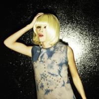 Laura Ponte, de rubia peligrosa en la nueva campaña de camisetas The Hip Tee
