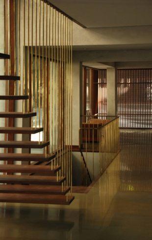 casa-mumbai-escalera