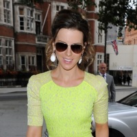 Kate Beckinsale se atreve con un look 100% flúor