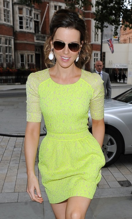 Kate Beckinsale preen