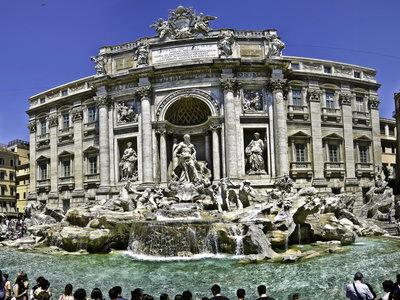 Roma estudia prohibir que los viajeros se detengan en frente de la Fontana di Trevi