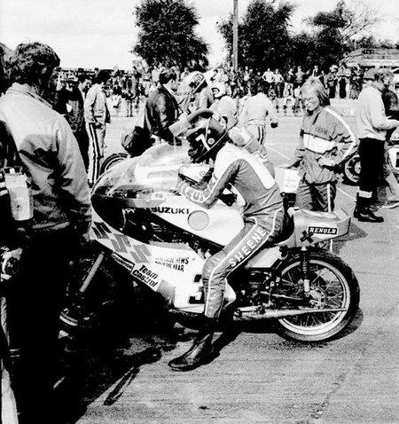 Barry Sheene en el paddock sobre Suzuki RG 500
