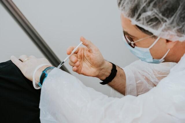 Es probable que quienes estén vacunados con Pfizer necesiten una tercera dosis de refuerzo dentro de doce meses, según su CEO
