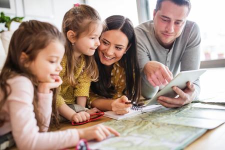 Familia Planeando Viaje