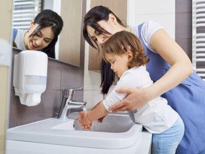 Vamos al baño juntos. Las ventajas de convertir lavarse las manos en un juego