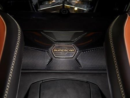 Lamborghini apuesta por los supercondensadores y patenta un material que promete un 100% más de densidad energética