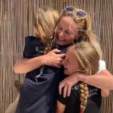 El emotivo reencuentro entre una enfermera y sus dos hijas tras nueve semanas separadas por el coronavirus