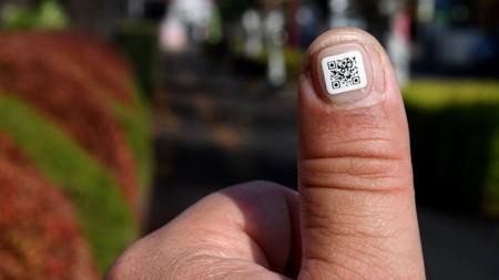 Colocar un código QR en la uña, así es como Japón quiere evitar que los ancianos se extravíen