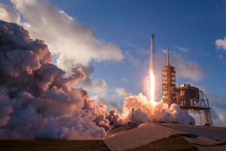 Starlink de SpaceX empieza a ser una realidad: la primera ronda de 60 satélites se ha lanzado con éxito