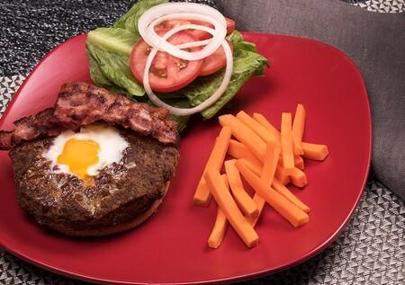 Hamburguesas rellenas de carne con centro de huevo. Receta fácil