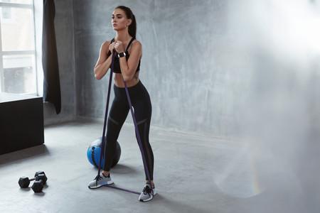 Cómo hacer peso muerto con una goma elástica para entrenar piernas, glúteos y core en casa