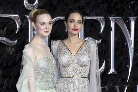 Elle Fanning gana la batalla de estilo a Angelina Jolie en el estreno de Maléfica en Londres