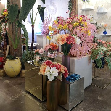 Una buena idea: plantas y flores artificiales, pero hiperrealistas, para decorar