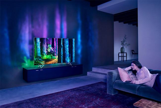 El nuevo Ambilight de Philips va más allá de las paredes y usa 9 proyectores de luz
