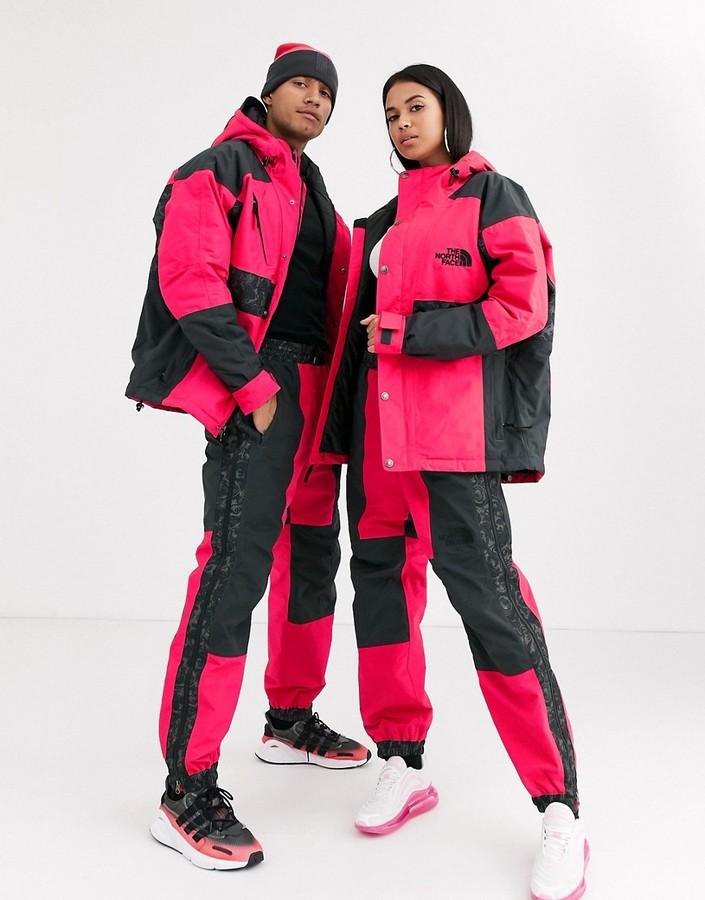 Pantalones impermeables con estampado en rojo/gris de The North Face.