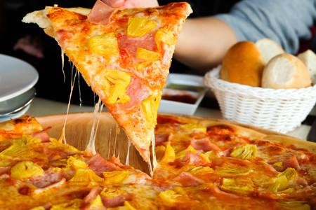 Así se inventó la pizza hawaiana: una de las creaciones más importantes de la historia de la gastronomía