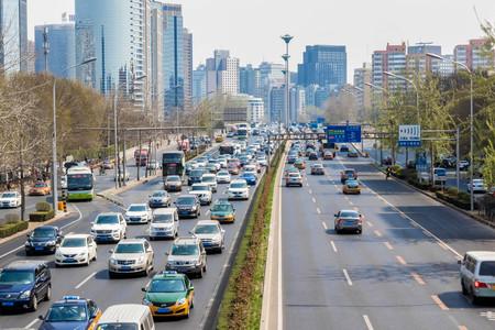 Menos activos y con más kilos, el efecto de tener coche en la gran ciudad frente a no tenerlo