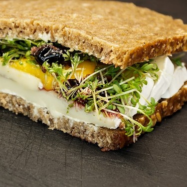 Sándwich de pan de centeno con queso de cabra y mermelada de higo. Receta saludable para el desayuno