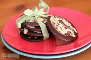 Chocolatinas caseras de chocolate blanco y chocolate con leche para hacer con niños. Receta