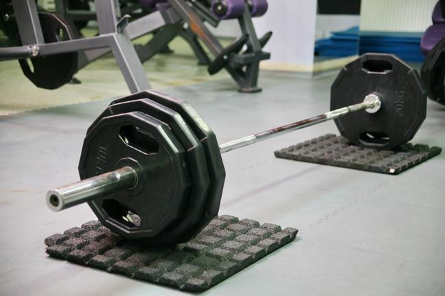 Entrena todo tu cuerpo en el gimnasio utilizando sólo una barra