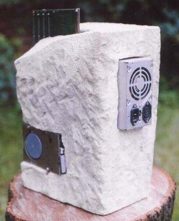 Mod de un PC incrustado en una roca