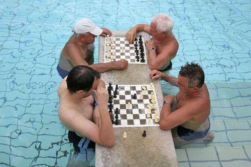 17 juegos de mesa para llevarte a la piscina y a la playa si no quieres seguir jugando al cinquillo