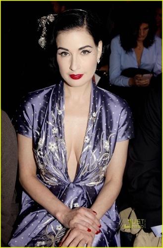 Dita von Teese en el front row de John Galliano en la Semana de la Moda de París II