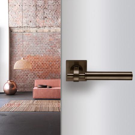Una buena idea: manillas contemporáneas y de estilo industrial como carta de presentación de un espacio