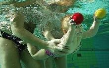 Los niños que abusan de los baños en piscinas tienen más riesgo de padecer asma y alergias