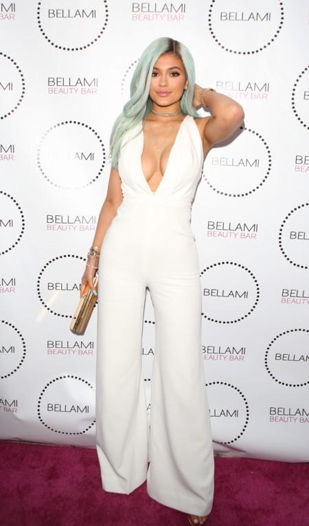 Kylie Jenner Look Total Blanco Pelo Gris 2