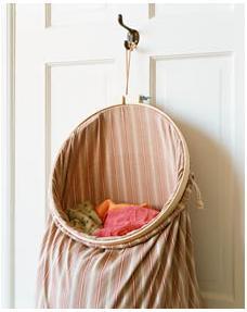 Una bolsa para la ropa sucia y una corona expositora: dos ideas más para decorar con bastidores