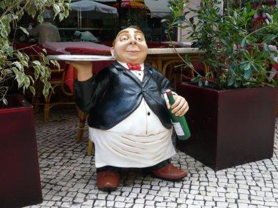 De como un camarero con sobrepeso puede hacer que comamos y bebamos más (estudio)