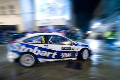 Urmo Aava da la sorpresa y lidera el Rally de Irlanda