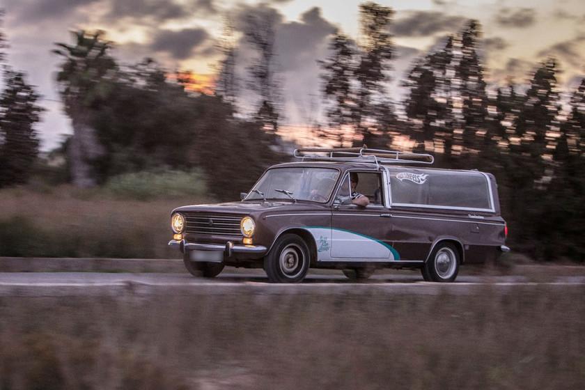 """Vivir usando un coche fúnebre como vehículo particular: """"Es comodísimo, me cabe cualquier cosa de Ikea"""""""