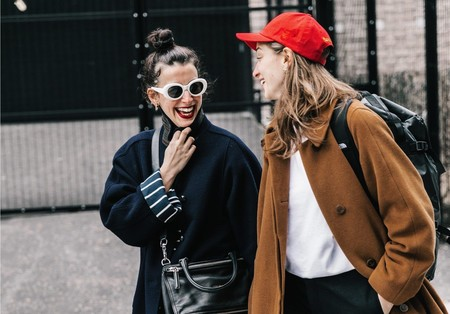 11 looks de street style que nos recuerdan lo mucho que mola una gorra y nos inspiran para lucirla esta primavera