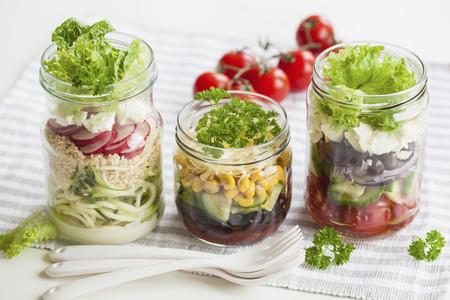 Cinco aliños de ensalada saludables que puedes preparar tú mismo en casa