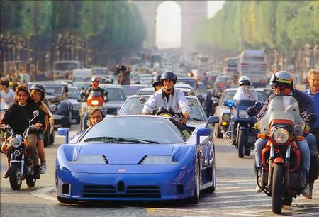 Bugatti EB110 en los Campos Eliseos de París