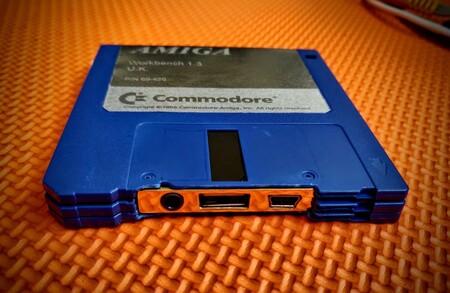 Alguien ha conseguido meter un emulador de Amiga 500 dentro de tres diskettes... ¡literalmente!