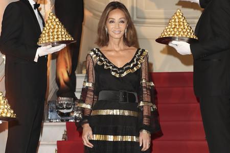Isabel Preysler deslumbrante con un vestido negro y dorado para celebrar el 30 aniversario de los míticos Ferrero Rocher