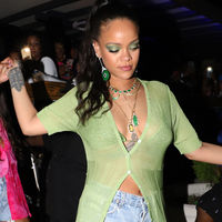 Rihanna se va de fiesta por Barbados con un look que querrás copiar durante todo el verano, sobre todo sus sandalias