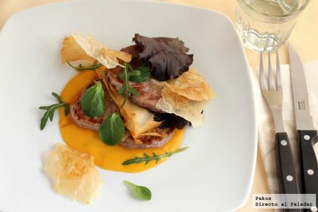 Filetes historiados con crujiente y su ensalada, receta para una cena ligera (y completa)
