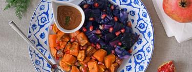 Boniato y lombarda al horno con granada y salsa de miso: receta vegana para reenamorarse de las verduras
