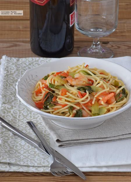 Espaguetis con langostinos, guindilla y pak choi. Receta fácil
