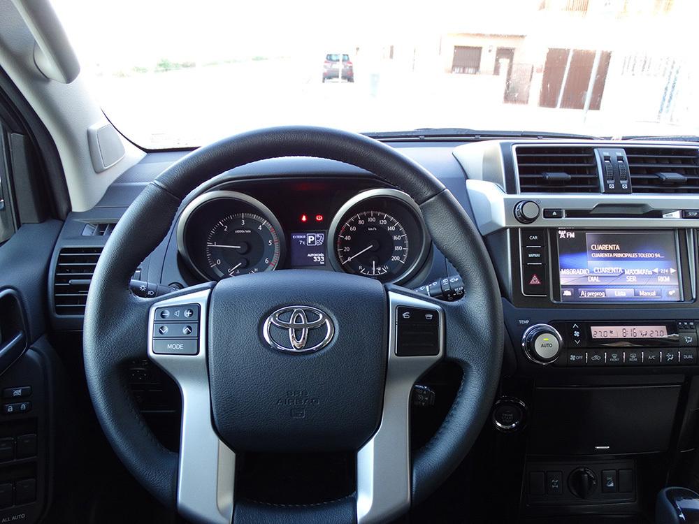 Foto de Interiores Toyota Land Cruiser 180D Auto VX Kirari Plus (2/14)